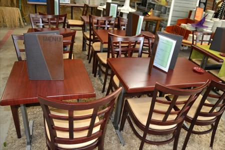 Tables et chaises assortis salles bar restaurant en basse for Mobilier salle a diner
