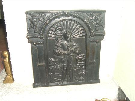 une plaque de chemin e en fonte d 39 un chevalier plaque en. Black Bedroom Furniture Sets. Home Design Ideas