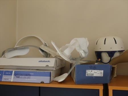 Etagères et meuble sur roulettes, atelles médicales
